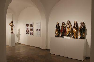 Ausstellungsansicht Ein Sitz für den Priester