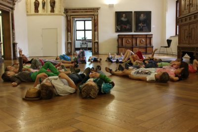 Schule & Museum Kinder liegen auf dem Boden des Kiechelsaals
