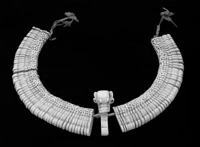 Allgmein_Stirnband aus Meerschneckenschalen