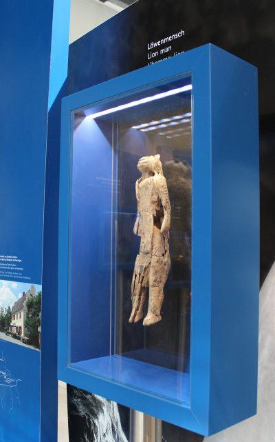 Ausstellungsansicht Am Anfang der Kunst, Löwenemensch