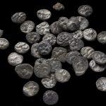 Runde Silbermünzen in verschiedenen Typen.