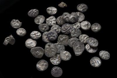 Pressefoto Keltische Silbermünzen, 1. Jhd. v. Chr., © Landesamt für Denkmalpflege im Regierungspräsidium Stuttgart, Foto Yvonne Mühleis