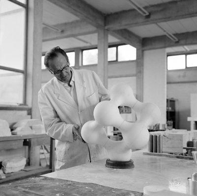 Pressefoto_Walter Zeischegg_Plastik_1960er Jahre_HfG-Archiv_Museum Ulm