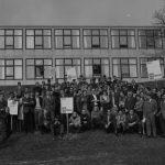 Vollversammlung vor der HfG mit Plakaten, 1968_1943-1968_Hinrichtung HfG_Foto Hartwig Koppermann