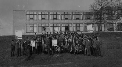 Pressefoto (5)_Vollversammlung vor der HfG mit Plakaten, 1968_1943-1968_Hinrichtung HfG_Foto Hartwig Koppermann