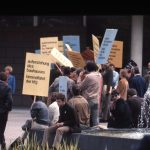 Mai 1968, Studenten und Dozenten der HfG demonstrieren vor dem Stuttgarter Landtag für den Erhalt der HfG