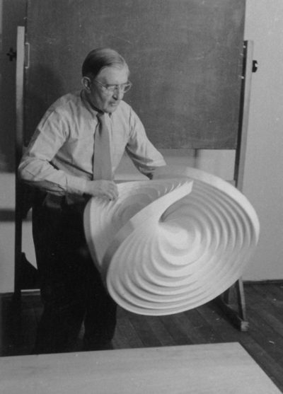 HfG-Grundlehre Josef Albers mit Faltobjekt Foto Eva-Maria Koch HfG-Archiv