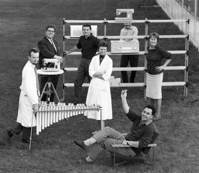 Hans Gugelot (sitzend) mit seiner Entwicklungsgruppe an der Hochschule für Gestaltung Ulm, 1960. Foto Wolfgang Siol, © HfG-ArchivMuseum Ulm