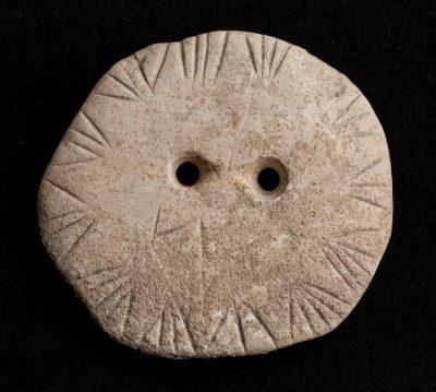 Zierscheibe mit zusätzlichen V-förmigen Ritzstreifen, 3.900 v. Chr. © Museum Ulm, Photo Wolfgang Adler, Stadtarchiv Ulm (2)