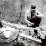 Joseph Beuys während des Aufbaus der Honigpumpe in Kassel, 1977, Schwarz-weiß-Fotografie, Archiv der Pumpenfabrik Wangen GmbH, mit freundlicher Unterstützung der Pumpenfabrik Wangen GmbH, VG Bild-Kunst, Bonn 2020